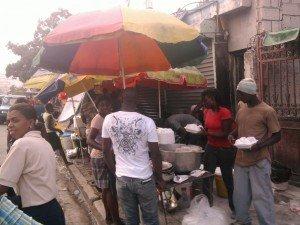 Qui veille au respect des règles d'Hygiene pour ces aliments cuits qu'on vend dans les rues? dans Alerte aliments-des-rues-2-300x225
