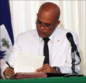 Haïti-Constitution amendée : Martelly prêt à violer la loi-mère et risquer son mandat ?  dans Politique martelly29mai2012-300x289